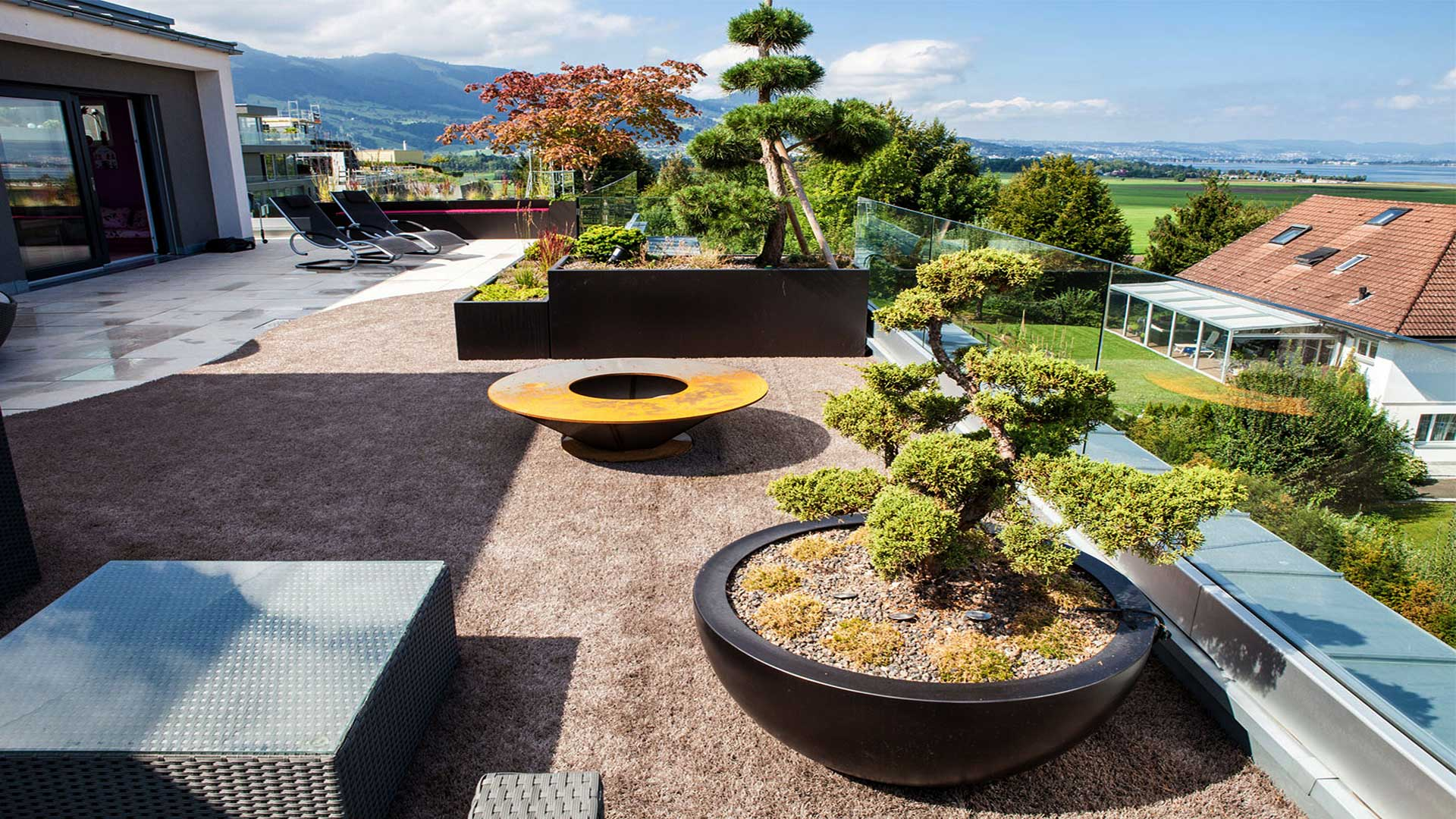 Terrace design with barbeque by Zweifel Terrazza AG